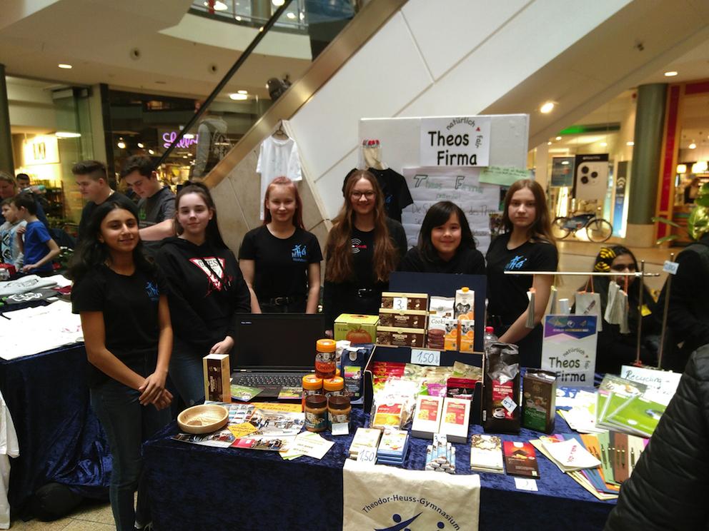 Theos Firma stellt auf der Schülerfirmenmesse aus